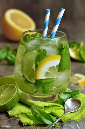 Basil limonade - koude zomer drankje. Stockfoto