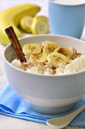 Melkrijst met banaan, kaneel en honing - gezond ontbijt.