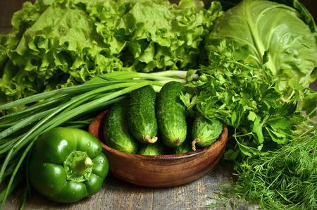 緑の野菜とハーブの新鮮な有機キュウリのボウル。