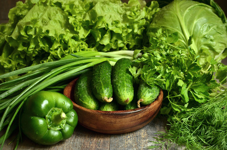 verduras verdes: Tazón de pepino orgánico fresco con verduras y hierbas.