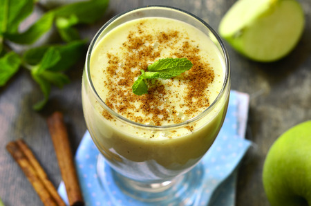 Apple smoothie with cinnamon in a glass on a wooden table. Zdjęcie Seryjne - 40628828