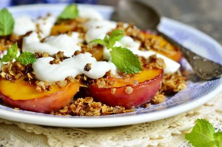 グラノーラと朝食にホイップ クリームを焼き peachs は。 写真素材