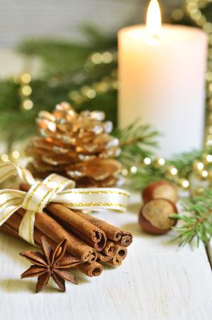estrella: Composici�n de la Navidad en un fondo de madera clara.