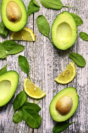 verduras verdes: Cortar el aguacate con hojas de espinaca y vista lim�n slices.Top. Foto de archivo