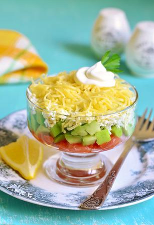 la marinera: Ensalada de aguacate con salm�n sal, huevo y queso en una mesa de madera de color turquesa.