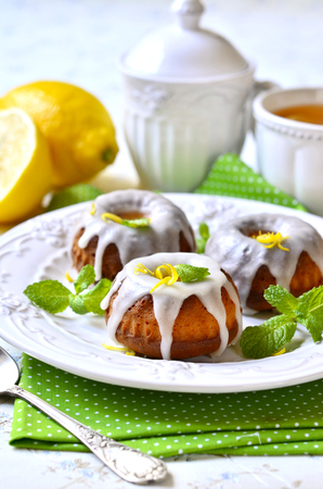 pie de limon: Lemon cakes on a vintage plate for a breakfast. Foto de archivo