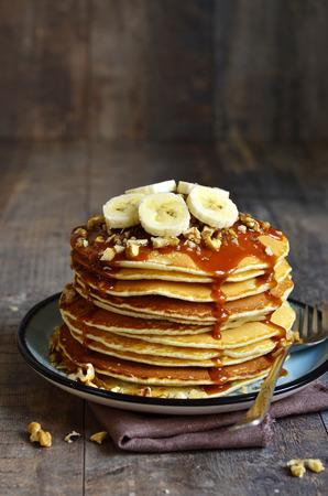 hot cakes: Panqueques con plátano, nuez y caramelo para un desayuno.