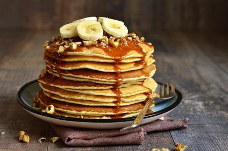 バナナ、クルミとキャラメルの朝食のパンケーキ。