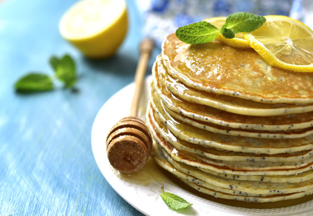Homemade poppy seed lemon pancakes with honey. Фото со стока - 52069906