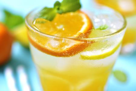 lemonade: limonada de la fruta cítrica con la menta en un fondo azul turquesa.