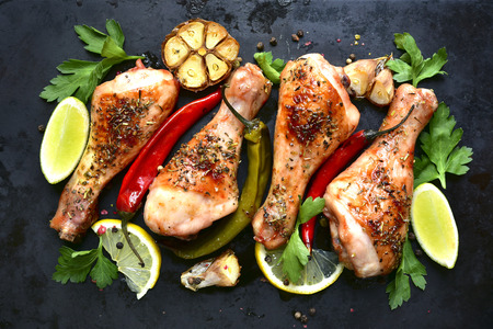 Grilled spicy chicken legs on a black background.Top view. Banque d'images