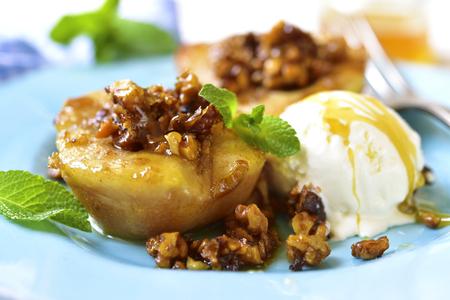 Gegrilde peer met gekarameliseerde walnoten en honing op een blauwe vintage plaat. Stockfoto - 54231393