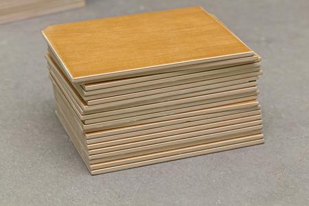 materiales de construccion: Pila de azulejos de cerámica amarillas en el suelo