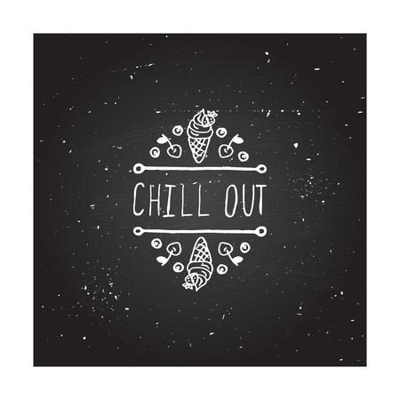elemento de verano a mano esbozado con helado en el fondo pizarra. Texto - Chill out