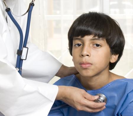 pediatra: ni�o en el consultorio del doctor s