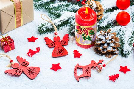Kerstmisachtergrond met gift, Kerstboomtakken, sneeuw, sneeuwvlok en decoratie. Vrije ruimte