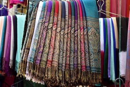 foulards: sciarpe colorate marocchino impiccati nel mercato arabo, sul centro dell'immagine