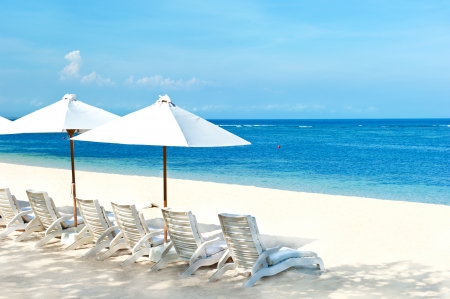 strandstoel: beach chairs and umbrellas on beautiful tropical sand beach