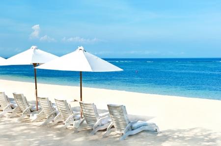 strandstoel: strandstoelen en parasols op mooie tropische zandstrand