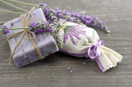 sachets: Primer plano de jab�n de lavanda y perfumadas bolsitas con flores frescas sobre fondo de madera Foto de archivo