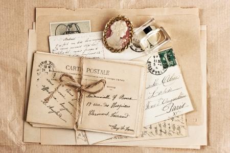 paris vintage: viejas postales fritas y accesorios. fondo de la vendimia