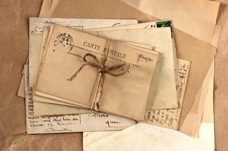 cartas antiguas: viejas cartas y tarjetas postales franceses. fondo de la vendimia