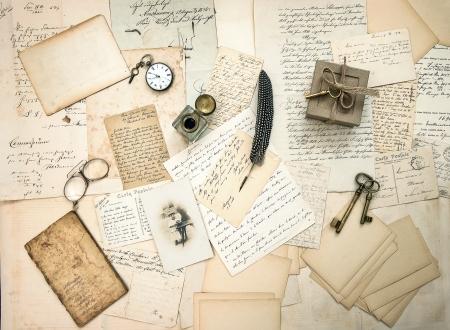 alte Briefe und Postkarten, Vintage-Accessoires und antikes Foto eines nostalgischen Hintergrunds im Retro-Stil eines Kindes