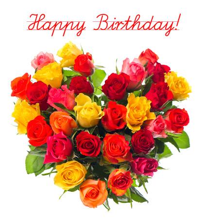 arreglo floral: Concepto de tarjeta de feliz cumpleaños, ramo de rosas surtidas de colores en forma de corazón en el fondo blanco