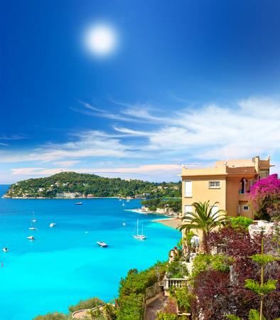 paisaje mediterraneo: hermoso paisaje mediterráneo, vista del complejo de lujo y de la bahía, francés Costa Azul, Francia, cerca de Niza y Mónaco Foto de archivo