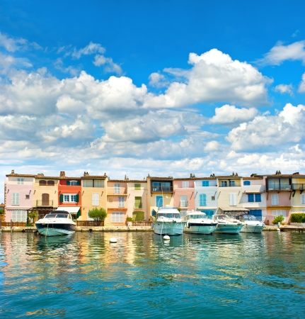 alpes maritimes: Colorful houses in Port Grimaud by St -Tropez, Provence, Côte d'Azur, Alpes Maritimes, Southern France