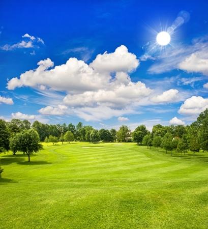 campo de golf y el azul cielo soleado paisaje europeo campo verde Foto de archivo