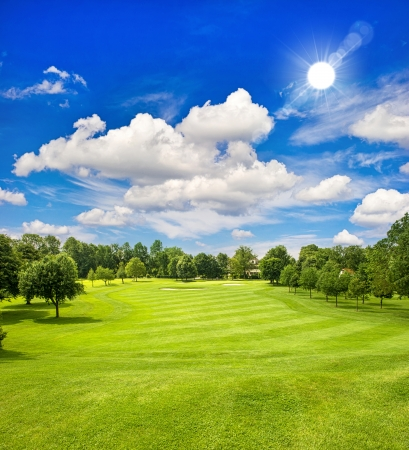 Golfplatz und blauen sonnigen Himmel europäischen grünen Feld Landschaft Standard-Bild
