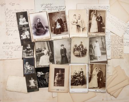 oude brieven en antieke familiefoto's ouders, opa, oma, kinderen nostalgische vintage foto's uit ca 1900