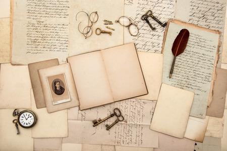本、ビンテージ アクセサリー、古い手紙、ポストカード、メガネ、時計のノスタルジックな背景のキーを開く