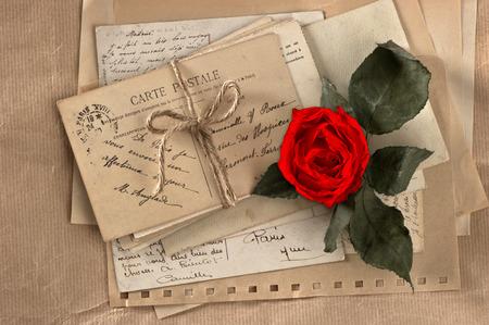 carta de amor: rosa roja seca y viejas cartas de amor tarjetas postales y sobres de la vendimia, el día de San Valentín de la vendimia Foto de archivo