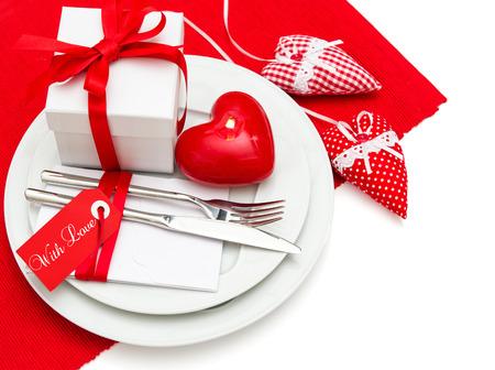 diner aux chandelles: Saint Valentin romantique aux chandelles d�ner l�ger param�tre table de lieu d�coration en rouge et blanc avec des coeurs Banque d'images