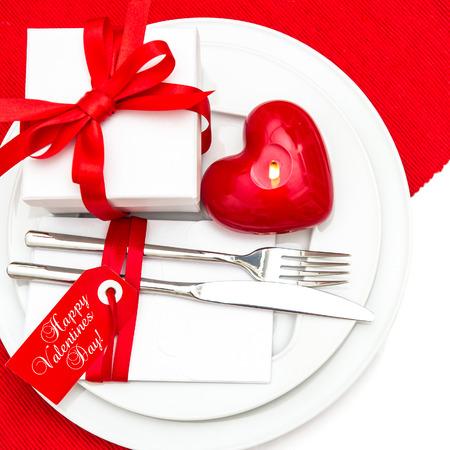 diner aux chandelles: Saint Valentin configuration de table d�coration en rouge et blanc romantique d�ner aux chandelles Happy Valentines Day lieu Banque d'images