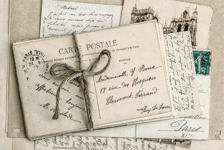 carta de amor: viejas cartas y tarjetas postales antiguas franc�s de la vendimia de fondo estilo retro sentimental Foto de archivo