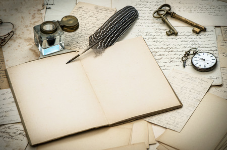 アンティーク アクセサリー、古い手紙、インク壺、ビンテージ羽インク ペン ノスタルジックなスタイルの背景
