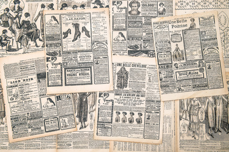 프랑스, 파리 - 골동품 광고 여자와 년경 1919 신문 페이지 스톡 콘텐츠