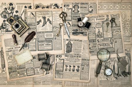 reloj antiguo: accesorios antiguos, herramientas de costura y de la escritura, la revista de moda del vintage para el cuadro entonado estilo retro mujer Foto de archivo