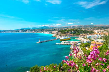 Bonita ciudad, riviera francés, Francia Mar turquesa mediterráneo y el cielo azul perfecto