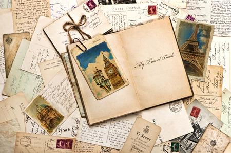 oude ansichtkaarten, brieven, e-mails en een open tijdschrift met voorbeeldtekst My Travel Book vintage stijl reizen achtergrond