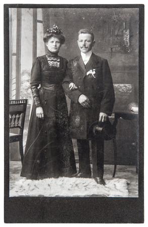 casados: foto de la boda de la vendimia pareja de recién casados ??foto antigua con scratchesand película original ca grano 1900 Foto de archivo