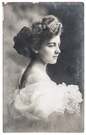 antieke portret van jonge vrouw met roze bloemen retro foto met krassen en originele film grain ca 1910