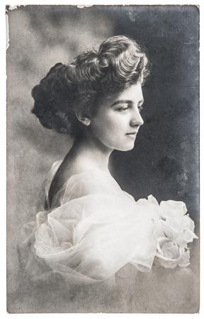 antiguo retrato de mujer joven con flores color de rosa foto retro con los rasguños y ca grano de la película original de 1910