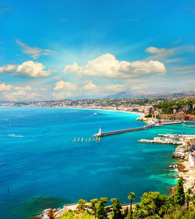 voir de station balnéaire méditerranéenne, Nice, Côte d'Azur, France Côte d'Azur mer turquoise et parfait ciel bleu ensoleillé