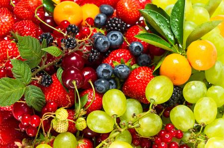 新鮮な果物やベリー生の食品成分の栄養背景のミックス