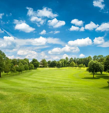 Pole golfowe zielonym i niebieskim pochmurne niebo europejski krajobraz Zdjęcie Seryjne