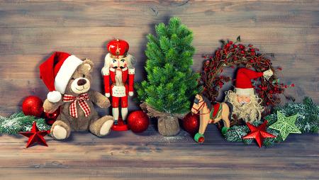 vintage teddy bears: decorazioni di Natale con i giocattoli antichi orsacchiotto e schiaccianoci immagine stile retr� tonica Archivio Fotografico